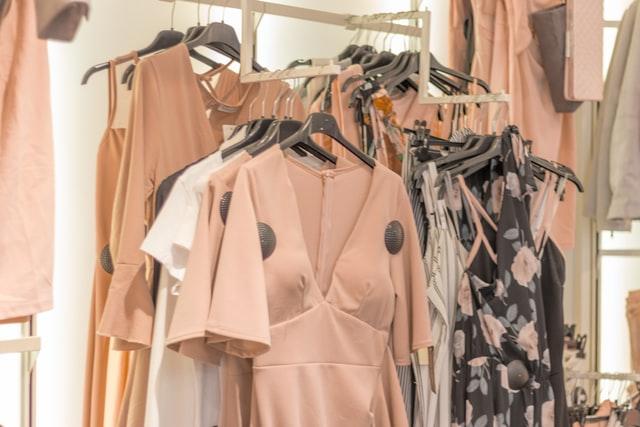 Modne sukienki do 100